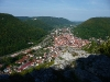 Vom 1. Hochbergfelsen - Blick auf Bad Urach und das Ermstal, links die Burgruine Hohenurach
