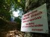Warnungen am Aufstiegsweg zur Ruine Hohenurach