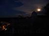 Bad Urach und die unverwechselbare Fensterwand des Hohenurach im Mondlicht