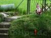 Angelnder Gartenzwerg am Ufer der Ach in Schelklingen