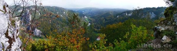 Blick von der Ruine Kallenberg ins Donautal - links Stiegelefels, oben Schloss Bronnen im Dunst