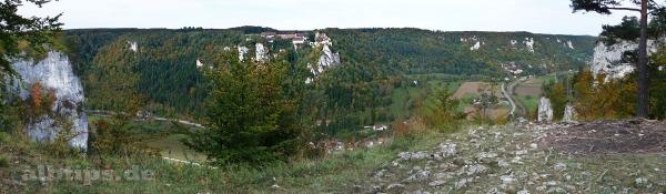 Hohler Fels - Blick auf Schloss Werenwag und Hausen im Tal