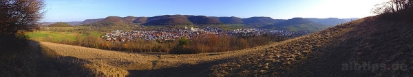 Panoramablick über Eningen und den Albtrauf von der Südseite der Achalm