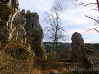Rechts der große Felsbrocken mit verdächtigem Riss