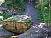 Ein tonnenschwerer Felsen versperrt den Weg.