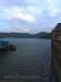 Blick vom Schiffsanleger an der Sperrmauer zu Schloss Waldeck