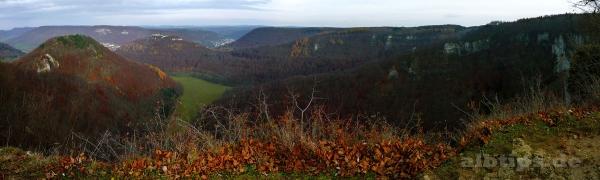 Blick von den Rutschenfelsen auf den Runden Berg, den Hohenurach und Bad Urach im Tal