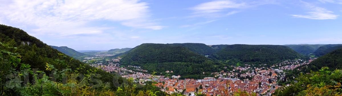 Panoramablick vom Hannerfelsen ins Ermstal und nach Bad Urach