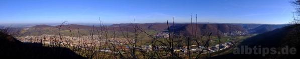 Ausblick vom Sonnenfels oberhalb des Ermstals: Dettingen, Ruine Hohenneuffen, Albtrauf, Ruine Hohenurach