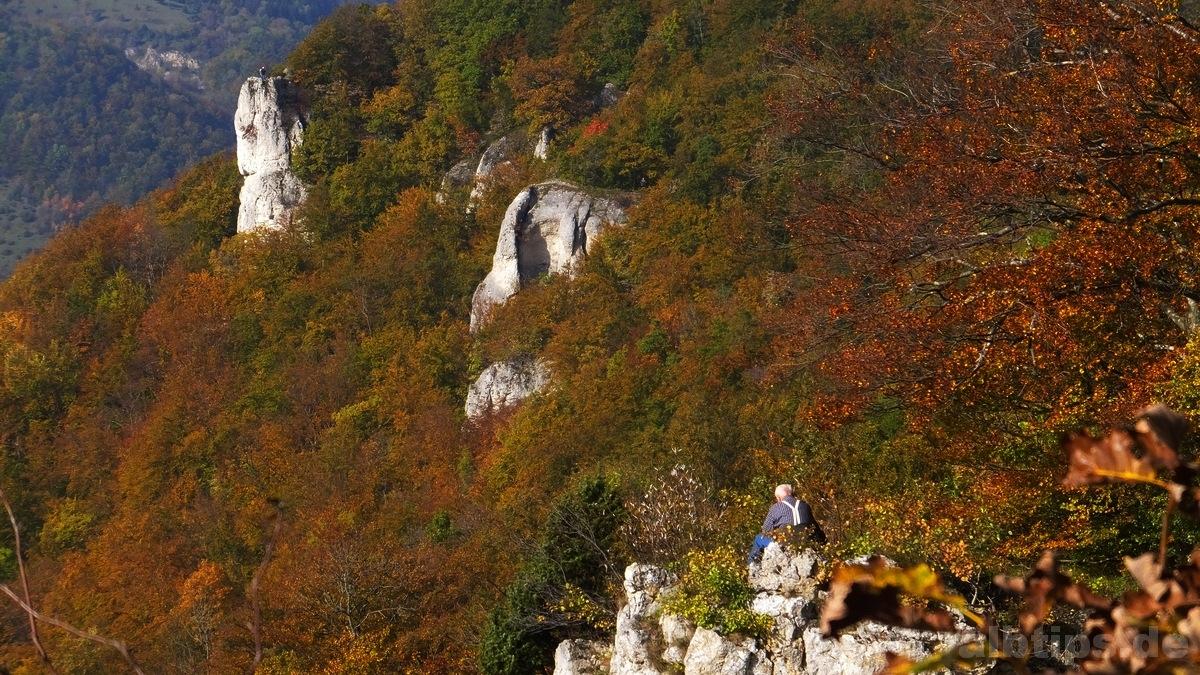 Auf jedem der Traifelbergfelsen genießen Menschen den Goldenen Oktober