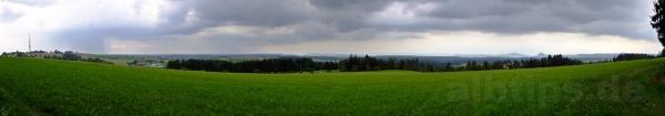 Panoramablick: Links der Witthoh, ein Hauch Bodensee, dann die Hegau-Vulkane. Regen im Osten schien mir wenig bedrohlich. Dumm.