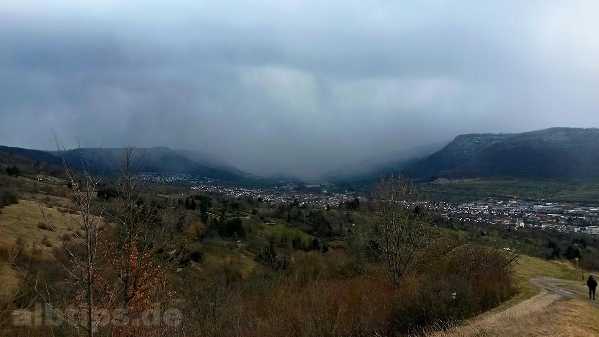 Regenwolken über Bad Urach und dem Ermstal