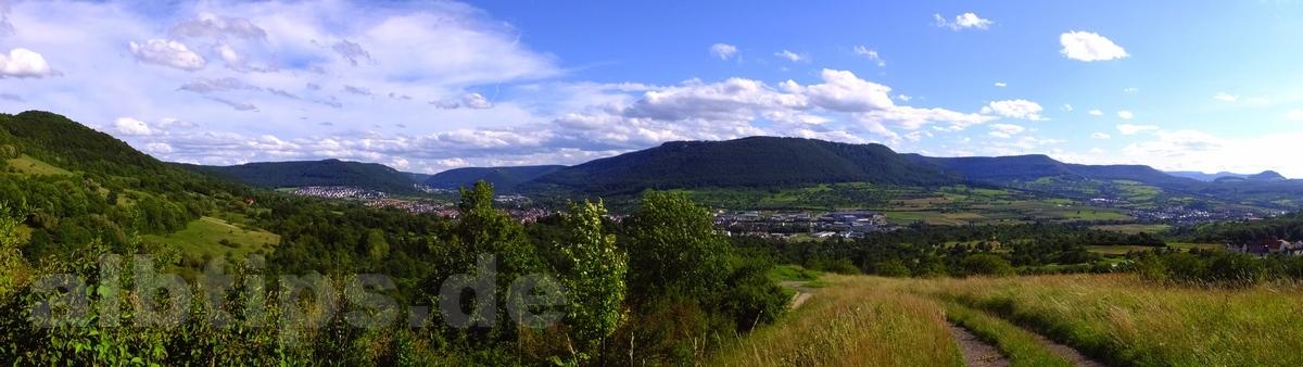 Wunderschöner Rundblick ins Ermstal: Links Hörnle, hinten links Hohenurach, Dettinger Streuobstwiesen, hinten rechts Roßberg und rechts davor die Achalm