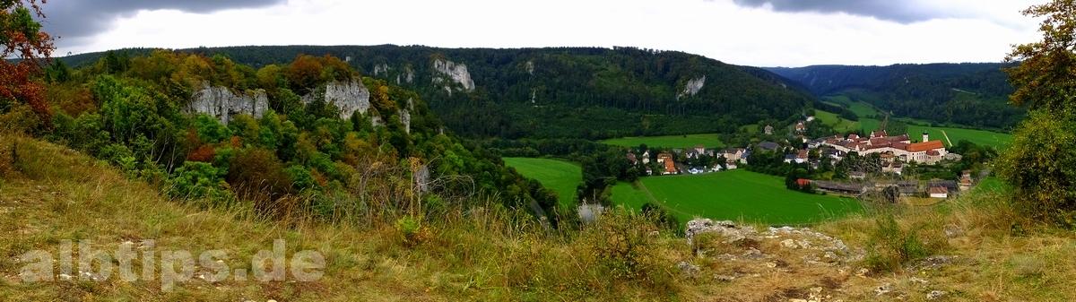 Panoramablick vom Spaltfelsen auf Kloster Beuron