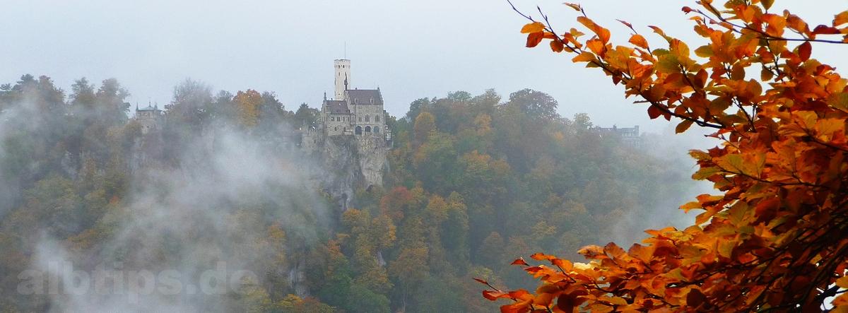 Traifelberg-Felsen und Schloss Lichtenstein in Nebel und Gold
