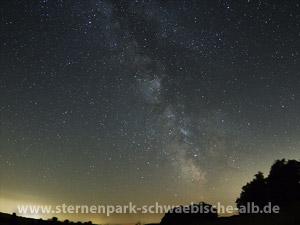 Die Milchstraße über dem Ex-TrÜP Münsingen und die Lichtglocke über Ehingen - Foto: Carsten Przygoda