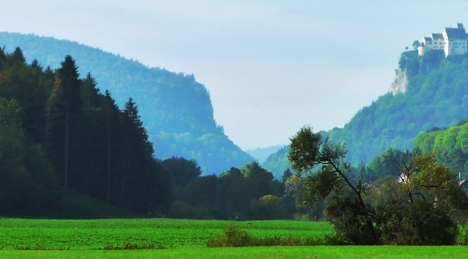 Blick vom Donautal zu Schloss Werenwag